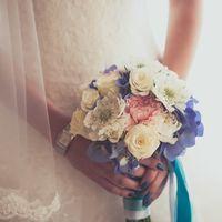 Букет невесты из белых роз, голубых гортензий и сиреневой сабиозы