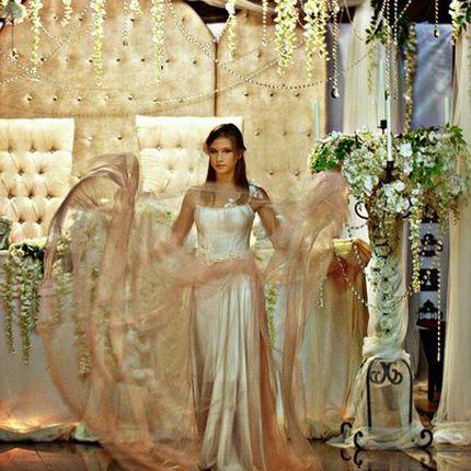 Свадебное платье из белого шёлка