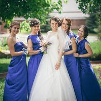 Невеста и её подружки в синих платьях