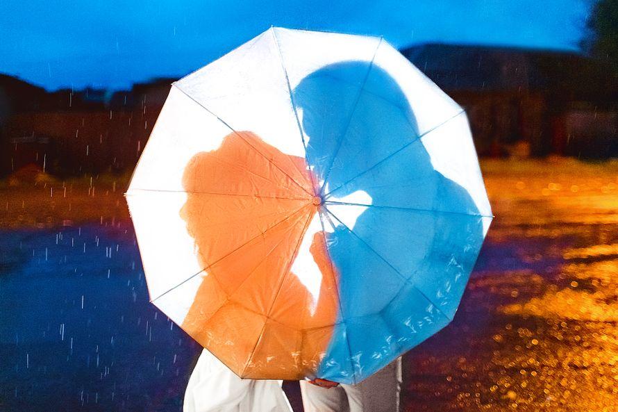 Невеста и жених целуются под белым зонтом - фото 2955461 Фотограф Евгений Майнагашев