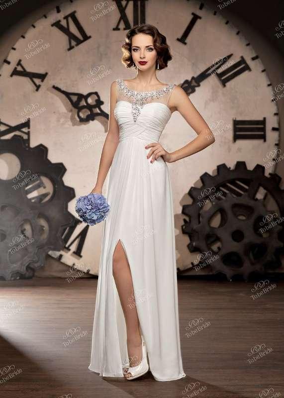 """Прямое платье в греческом стиле с лифом с драпировкой и вырезом на юбке сбоку, горловина украшена стразами - фото 2972299 Салон свадебной и вечерней моды """"Белый Танец"""""""