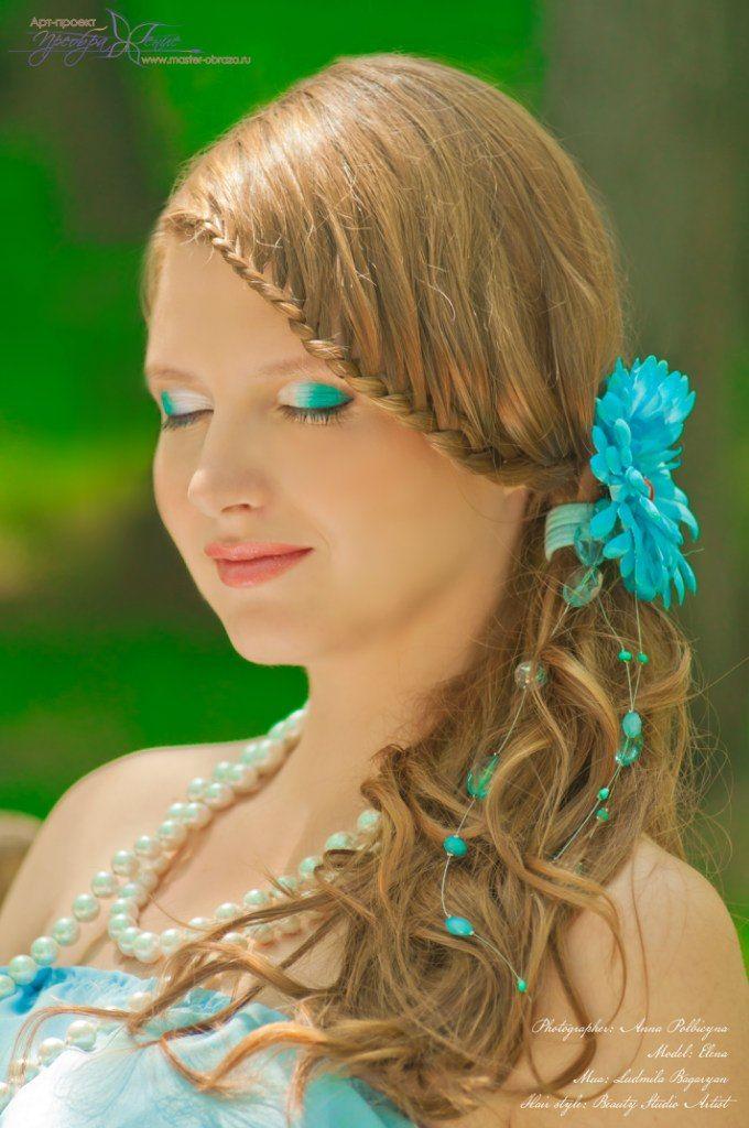 Заплетённые волосы невесты урасила голубая гербера с декором в виде нитей с бусинами - фото 2972621 Визажист Людмила Багарян