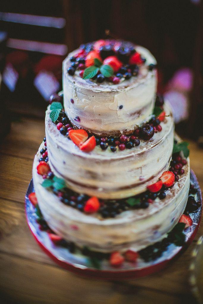 Трехъярусный шоколадный  торт, с белым кремом и ягодами. - фото 3043777 Lace Wedding Agency - организация свадеб
