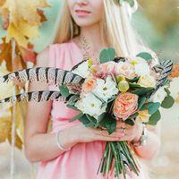 Девушка с букетом. Осень Букет из живых цветов со вставками сухо цветов лотоса и перьями фазана