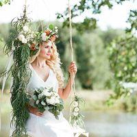 Невеста с букетом на декорированной качели