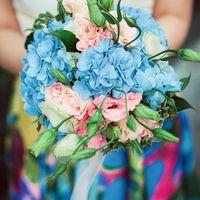 Букет невесты из розовых эустом и голубых гортензий