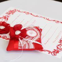 Красная подушечка для колец с цветком