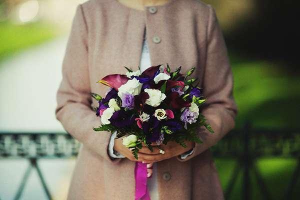 Букет невесты из бордовых калл, фиолетовых, сиреневых и белых эустом, декорированный ярко-розовой лентой  - фото 969555 Deminvideo - фото-видеосъёмка