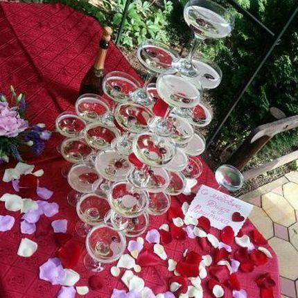 Горка из бокалов шампанского