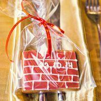 Имбирные пряники в виде кирпичной стены с датой свадьбы, были упакованы в индивидуальные пакеты и ждали гостей.