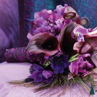 Букет невесты из калл, гортензий, орхидей и анемонов в фиолетово-сиреневых тонах