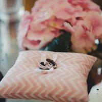 Розовая подушечка для колец на свадьбе в стиле Шеврон