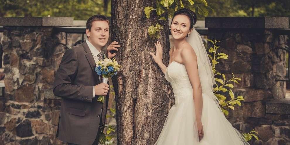 Жених и невеста стоят, прислонившись к стволу дерева  - фото 3136561 Свадебное агентство «Любо-Дорого»