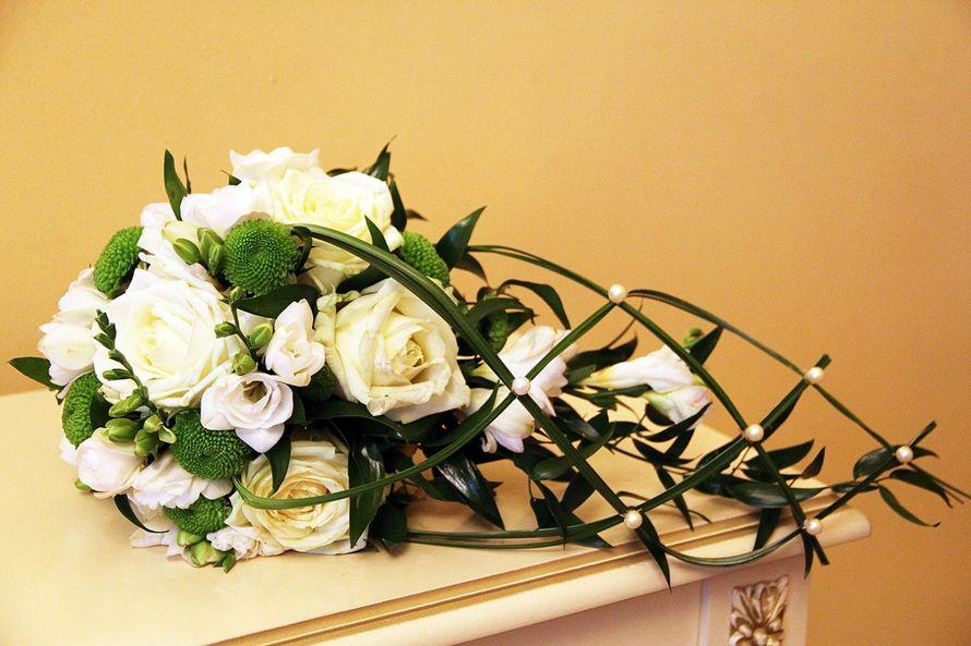 каскадный букет невесты из зелени, зеленых хризантем, белых роз и фрезий, декорированный зеленым берграссом, декорированный - фото 3180715 Фотограф Крамар Наталья