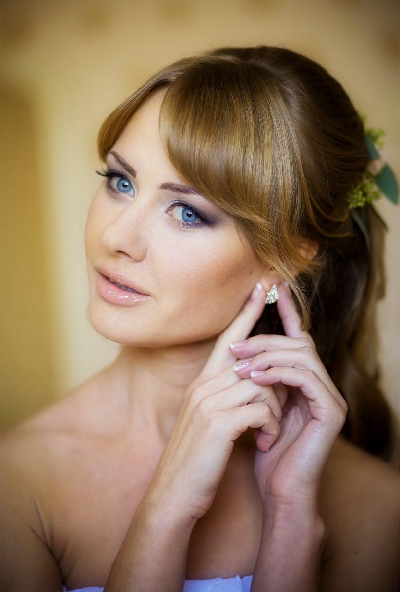 Невеста с прической из полу распущенных локонов, собранных на затылке венком, с естественным нежным макияжем - фото 3225193 Фотограф Дмитрий Гайдук