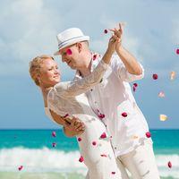 жених и невеста, съемка в Доминикане,  пляж Макао, океан, улыбка, любовь, счастье, молодость, свадьба, лепестки роз