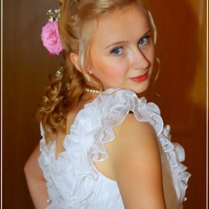 Свадебная прическа с живыми цветами и макияж