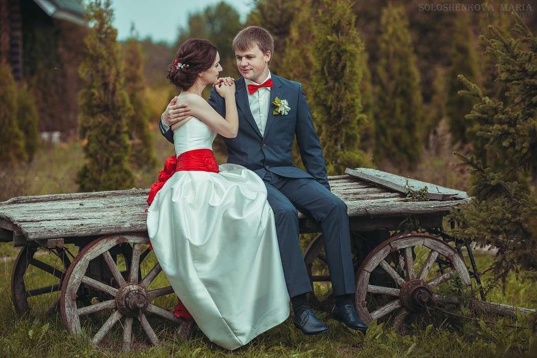 Жених и невеста, прислонившись друг к другу, сидят на тележке на фоне осеннего парка - фото 3337855 Фотограф Мария Солошенкова