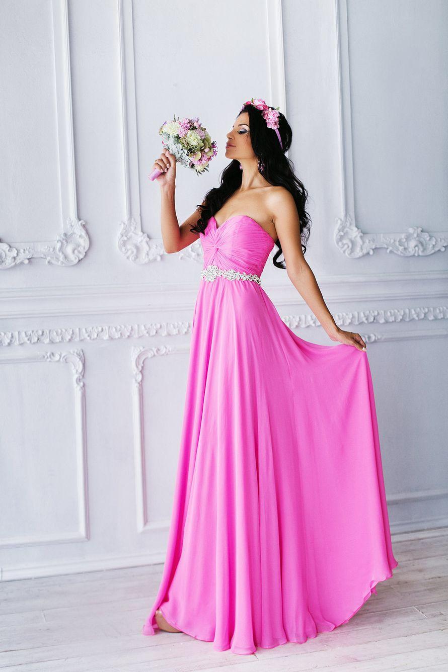 Подружка невесты с розовым веночком на голове в длинном открытом, с расклешенным низом платье цвета фуксии, с драпировкой на лифе - фото 3340257 Amici di fiori - флористы