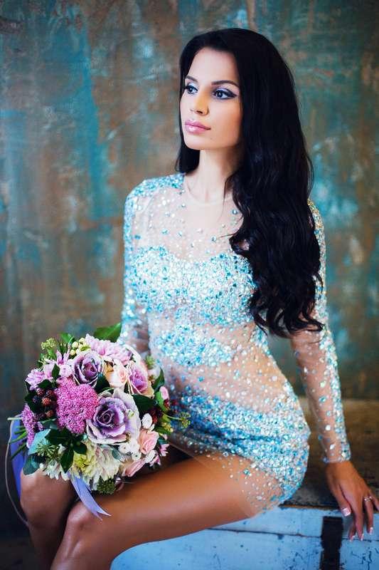 Подружка невесты в прозрачном облегающем коротком платье с длинным рукавом, круглым вырезом горловины, расшитом голубыми камнями, - фото 3340271 Amici di fiori - флористы