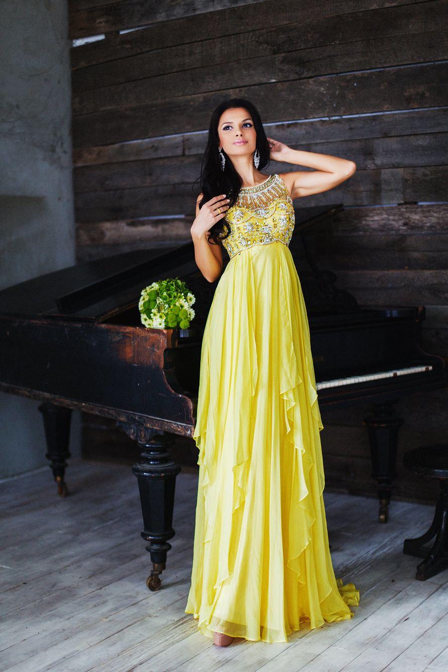 Подружка невесты с длинными серьгами, в желтом платье с завышенной талией, расшитым лифом без рукава и круглым вырезом горловины, - фото 3340281 Amici di fiori - флористы