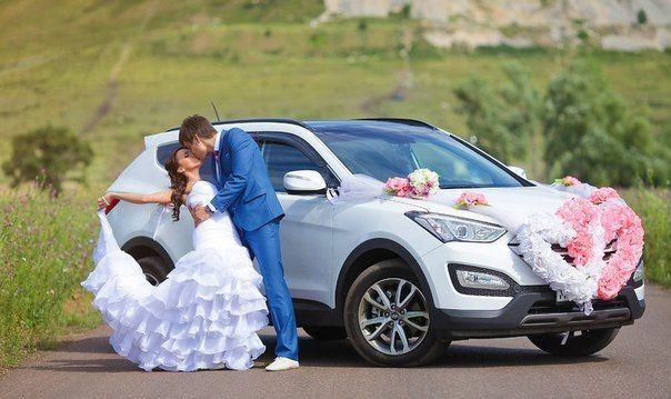 """Белый шикарный """"Hyundai SantaFe"""" на фоне зеленых холмов и лугов, украшенный бело- розовыми экибанами, рядом с молодоженами - фото 3350381 Компания """"Босс авто"""""""
