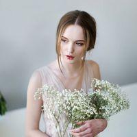 Aria/ Свадебное платье А-силуэта, пудровый оттенок. V-образный вырез спереди и сзади. Декорировано цветами и хрустальными бусинами.