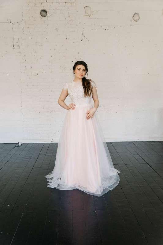 Больше фото:   Свадебное платье «Есения» Цена: 38 900 ₽  Возможные цвета: - молочный - нежно-розовый - светло-персиковый - светло-кофейный - бежевый - припыленно-сиреневый - припыленно-серый  При отсутствии в наличии нужного размера это платье может быть  - фото 16859210 Piondress - свадебная мастерская платьев