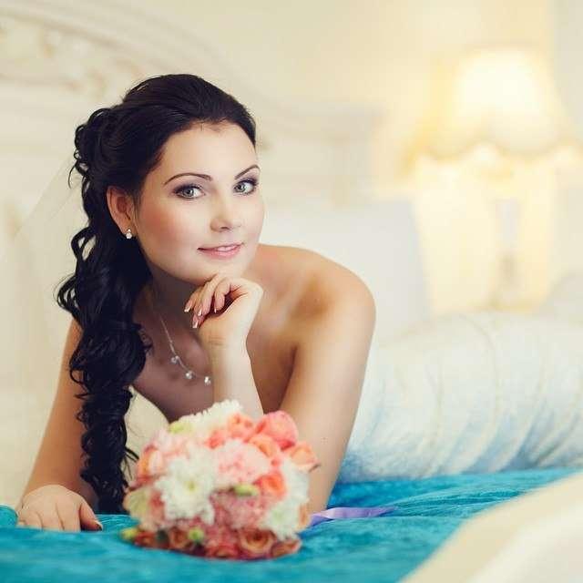 Невеста с прической из полу распущенных локонов, собранных на затылке и переплетенных между собой на бок, с классическим макияжем - фото 3488589 Стилист Дарья Мельникова