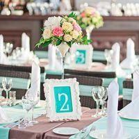 Цветочные композиции в высоких мартиницах и номерки столов