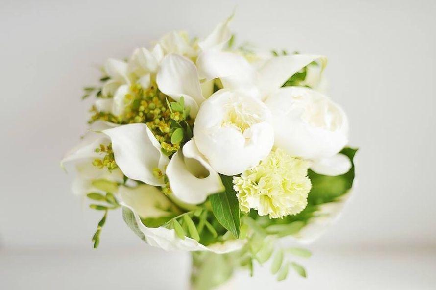 Букет из пионов и калл, доставкой живые цветы