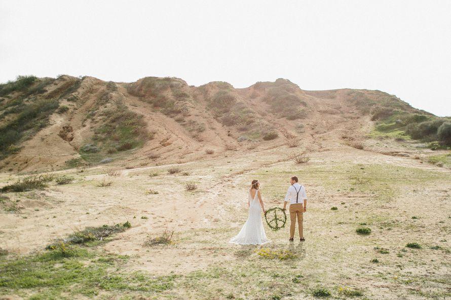 Жених и невеста стоят посреди холмов и держат в руках зеленый круг  - фото 3573295 Фотограф Верещагина Елена
