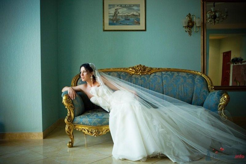 Невеста в белом длинном платье лежит на голубом диване - фото 49455 Свадебные аксессуары by Оксана Karamelnaya