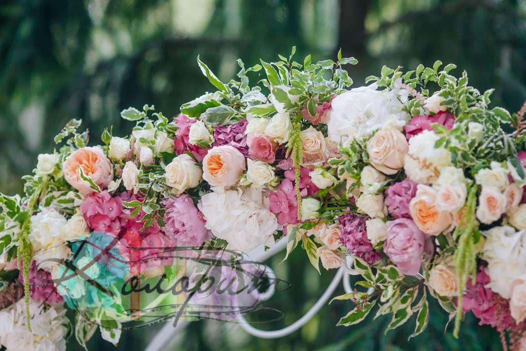 """Арка из кремовых пионовидных роз, питтоспорума, белой и розовой гортензии, розовых и белых пион, кремовых, белых и розовых роз, - фото 3643897 Агентство ярких событий """"Колорит"""""""