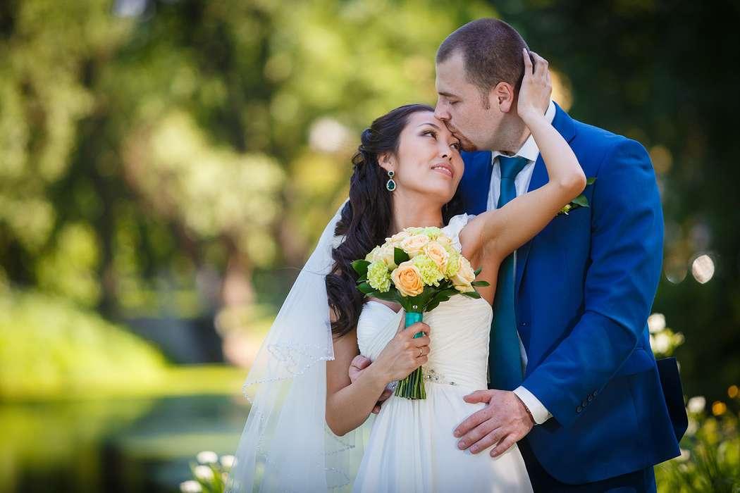 Жених и невеста стоят, прислонившись друг к другу, невеста держит в руках букет роз - фото 3650319 Фотограф Дмитрий Мельников