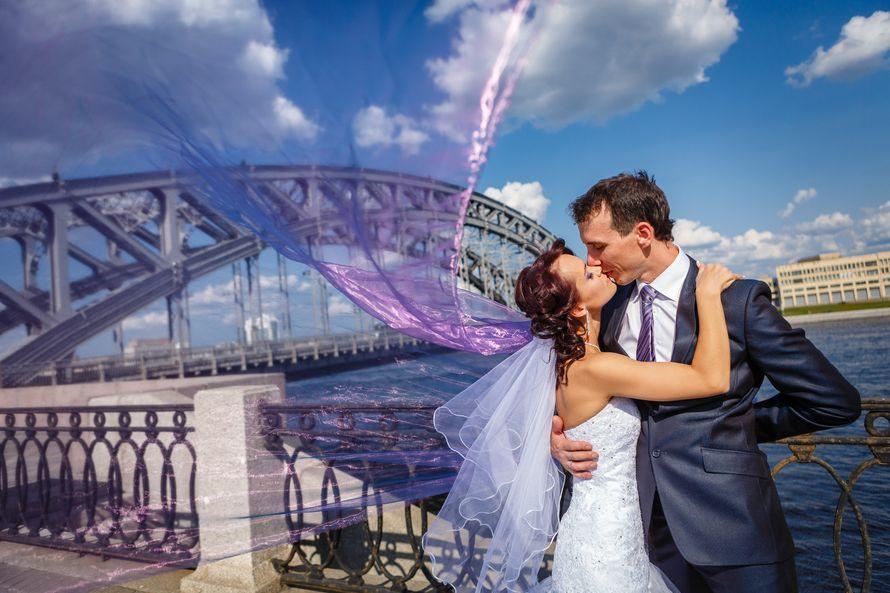Жених и невеста целуются, прислонившись друг к другу, на фоне речного моста - фото 3650623 Фотограф Дмитрий Мельников