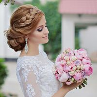 Свадебная прическа с плетением и выразительный макияж.