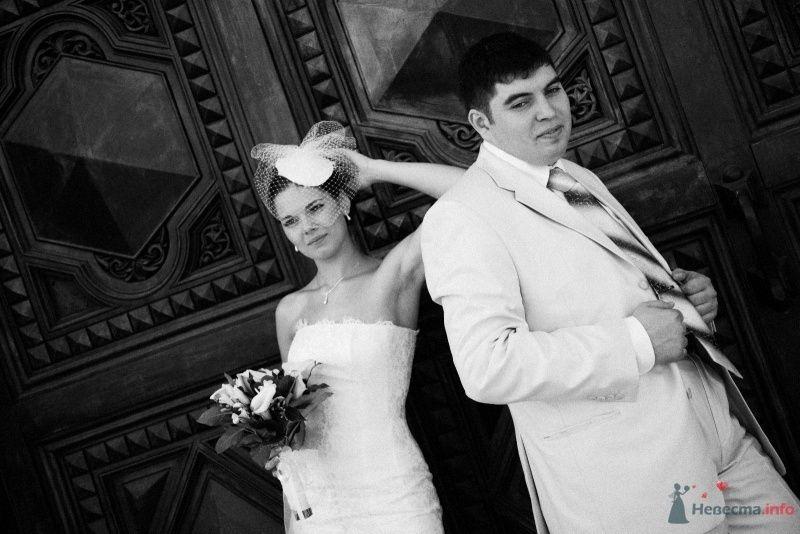 Жених и невеста стоят, прислонившись друг к другу, на фоне дома - фото 43679 Машуля