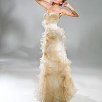 Венеция 1515 Свадебное платье Венеция. Невестам, желающим создать неординарный образ, бесспорно, советуем обратить внимание на эту модель. Изящное, расшитое вручную кружево, плиссировка в виде цветов и подчеркивающий фигуру крой-всё это в духе европейско