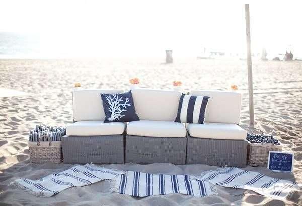 Оформление для фотосессии на пляже свадьбы в морском стиле с использованием бежевого дивана с декоративными подушками, плетённых - фото 1319908 FerrrarrriFerrrarrri