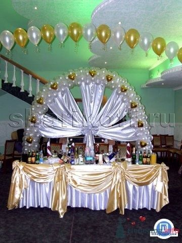 Оформление тканью и цветами президиума на свадьбу