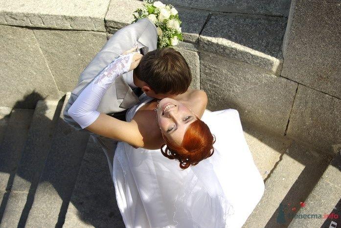 Жених и невеста стоят, прислонившись друг к другу, на ступеньках - фото 35309 Катринка@Leopardik