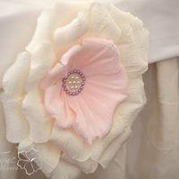 Декоративный бумажный цветок в оформлении президиума.