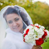 Букет невесты из красных роз, белых гортензий и эустом