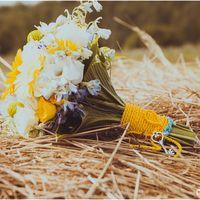 Букет невесты из белых роз, белых эустом и желтых гербер