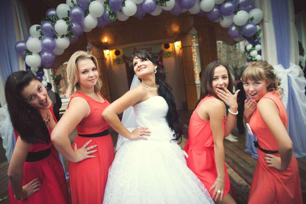 Невеста в белом открытом пышном платье, фате и подружки в красных платьях без рукава, с черными и красным поясами на талии - фото 1785953 Фотограф Алексей Булатов