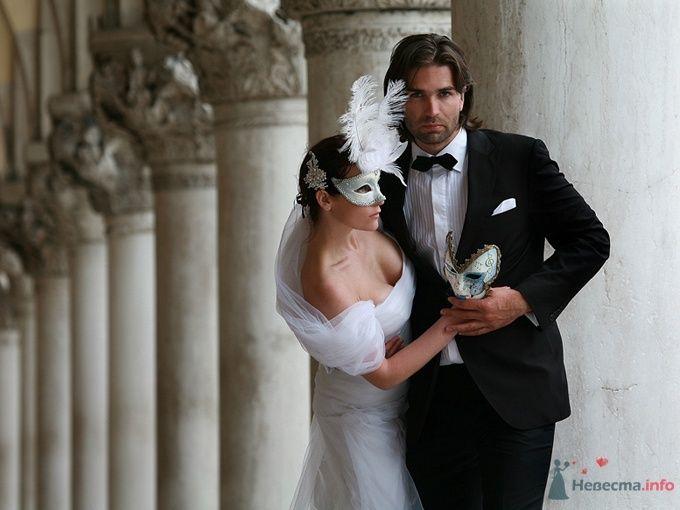 Лицо невесты закрывает белая венецианская маска с перьями - фото 39017 Dress 4 Sale