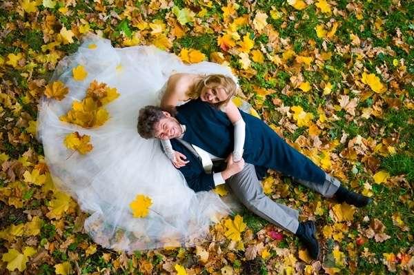 Жених и невеста сидят, прислонившись друг к другу, на фоне опавшей листвы - фото 44560 Невеста01