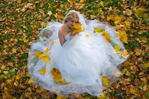 Невеста в белом длинном платье сиди посреди опавшей листвы - фото 44562 Невеста01