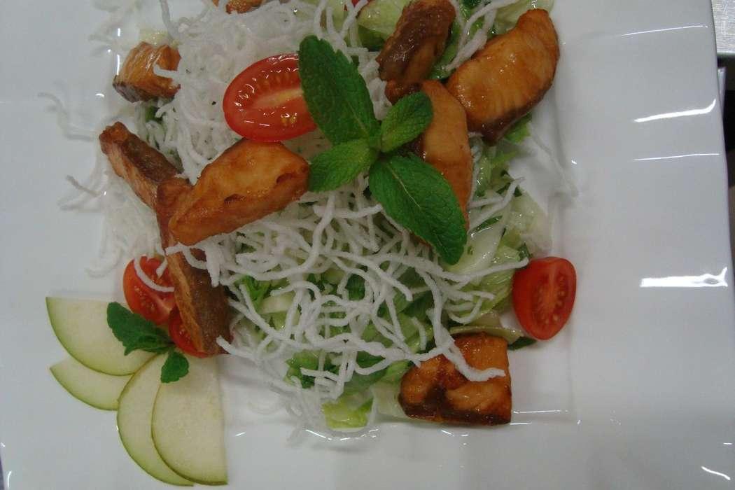 """салат из семги с грушей и жареной фунчезой - фото 6112681 Студия """"Комильфо"""" - организация мероприятий"""